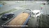 [Clip] Xe chở cát húc bay xe 16 chỗ lật nghiêng khi đang dừng đèn đỏ