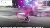 [Clip] Kinh hoàng xe máy vượt đèn đỏ, xe đầu kéo phanh gấp, lật ngang