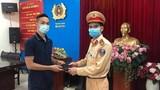 Chiến sĩ đội CSGT số 4 trả lại ví tiền rơi trên đường cho một cán bộ y tế