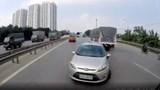 Ô tô con ngang nhiên đi ngược chiều trên cao tốc Hà Nội - Bắc Giang