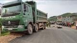 Bắc Giang: Xe máy đấu đầu xe thi công đường khiến ít nhất 1 người chết