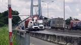 Tai nạn giao thông mới nhất hôm nay (15/6): Container húc bay xe thang bảo trì camera trên dốc cầu Phú Mỹ