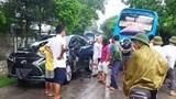 Tai nạn giao thông mới nhất hôm nay (24/6): Xế hộp Lexus lấn làn xe khách bị đâm nát sườn