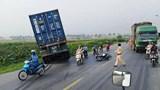 Tai nạn giao thông mới nhất hôm nay (5/8): Container lao xuống mương nước sau va chạm với xe máy, 1 người bị thương