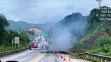 Tai nạn giao thông mới nhất hôm nay (13/8): Xe đầu kéo bốc cháy dữ dội trên cao tốc Nội Bài – Lào Cai, cạnh đó là một thi thể chết cháy