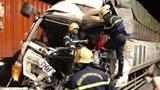 Tai nạn giao thông mới nhất hôm nay (7/9): Hàng chục cảnh sát giải cứu tài xế mắc kẹt trong ca bin