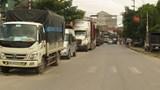 Hàng trăm xe ô tô đậu, đỗ gây ùn tắc đường 422 qua xã Đức Giang