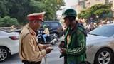 Hà Nội: Vi phạm vượt đèn đỏ, tài xế Grab đòi CSGT chứng minh vi phạm