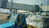 Hốt hoảng phát hiện xe tải chạy cắt mặt máy bay tại Tân Sơn Nhất