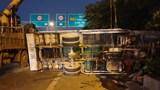 Xe cẩu tự hành lật nghiêng trên Đại lộ Thăng Long, tài xế thoát chết