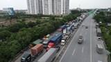 Cảnh sát giao thông hướng dẫn phương tiện đi tránh Hà Nội