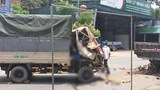 Tông vào xe tải đang đỗ bên đường, 3 người trong gia đình thương vong