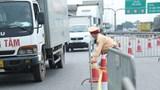 Ùn tắc dài tại chốt kiểm dịch cầu Phù Đổng