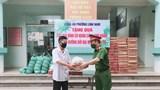 Công an phường Lĩnh Nam: Gửi tặng gạo, nhu yếu phẩm tới những người lao động, gia đình khó khăn