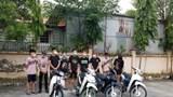 """Hà Nội: Xử lý 9 thanh niên nam nữ phóng xe máy """"thông chốt"""" Covid-19"""