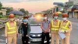 Hà Nội: Phát hiện lái xe giấu cháu bé sau cốp xe ô tô để qua chốt kiểm dịch Covid