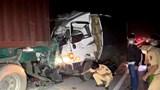 Tông vào xe đầu kéo, 2 người chết kẹt trong cabin xe tải