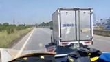 Xôn xao clip tài xế xe khách không nhường đường cho xe cứu thương