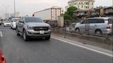 Mặc xe cứu thương hú còi inh ỏi, xe bán tải vẫn đi như rùa bò phía trước