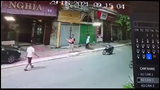 Đang đi đường, người đàn ông vô tình cứu được cháu bé rơi từ trên cao