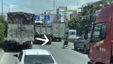 """Người đàn ông điều khiển xe lăn """"đua"""" trên đường quốc lộ"""