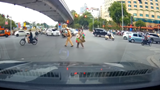 Dân mạng hết lời khen cảnh sát giao thông dắt cụ già qua đường