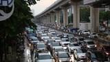 Áp thấp nhiệt đới tiến gần, đường phố Hà Nội tắc dài trong mưa lớn