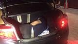 Người đàn ông Trung Quốc nằm trong cốp xe hòng thông chốt kiểm dịch