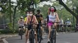 Người dân Hà Nội ra đường từ mờ sáng để tập thể dục