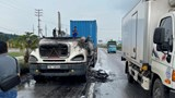 Chiếc xe container tự bốc cháy trên Quốc lộ 5