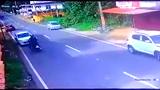 Đi xe máy bị ô tô húc văng lên nóc
