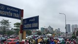 """Hà Nội: Nhiều tuyến đường """"nghẹt thở"""" trong mưa"""