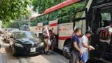 """Hà Nội - xe khách trá hình lập """"bến cóc"""": Treo biển """"xe hợp đồng""""vô tư đón khách trong phố"""