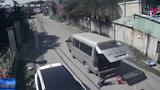 Xe chở học sinh làm rơi ba cháu nhỏ xuống đường