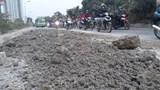 Tái diễn tình trạng bùn đất phủ kín đường gom Đại lộ Thăng Long