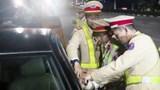 """Nghệ An: Bị kiểm tra nồng độ cồn, tài xế chốt kín cửa, gọi """"người lạ"""" đến cứu"""