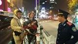 """Bị CSGT dừng xe, nam thanh niên nước ngoài """"thách thức"""", bỏ đàn ra hát"""