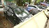 Hà Nội: Tường rào của trường mầm non đổ sập, đè bẹp hàng loạt ô tô