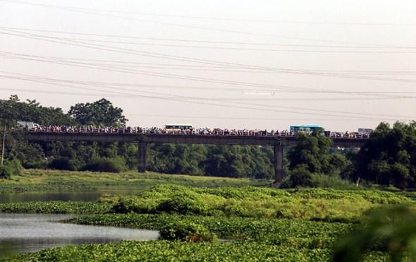 Dù cách trung tâm Hà Nội gần 20km, nhưng cầu Mai Lĩnh vẫn ùn tắc kéo dài giờ cao điểm - Ảnh 4.