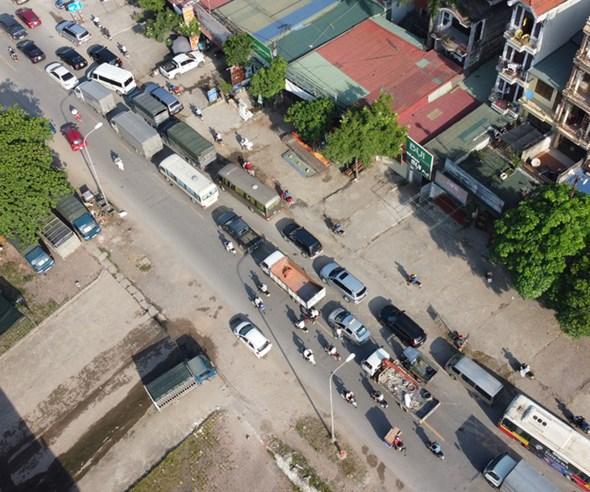 Dù cách trung tâm Hà Nội gần 20km, nhưng cầu Mai Lĩnh vẫn ùn tắc kéo dài giờ cao điểm - Ảnh 5.