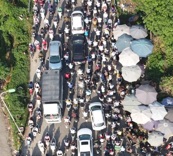 Dù cách trung tâm Hà Nội gần 20km, nhưng cầu Mai Lĩnh vẫn ùn tắc kéo dài giờ cao điểm - Ảnh 7.