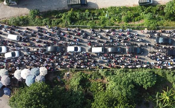 Dù cách trung tâm Hà Nội gần 20km, nhưng cầu Mai Lĩnh vẫn ùn tắc kéo dài giờ cao điểm - Ảnh 9.
