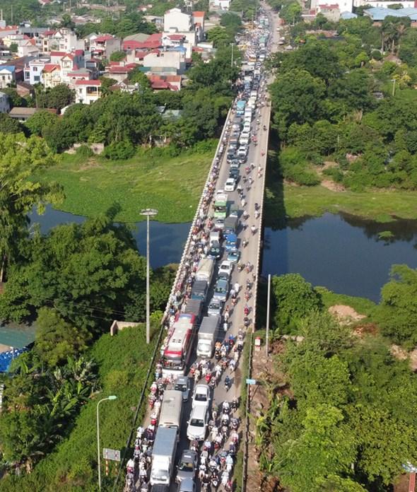 Dù cách trung tâm Hà Nội gần 20km, nhưng cầu Mai Lĩnh vẫn ùn tắc kéo dài giờ cao điểm - Ảnh 10.