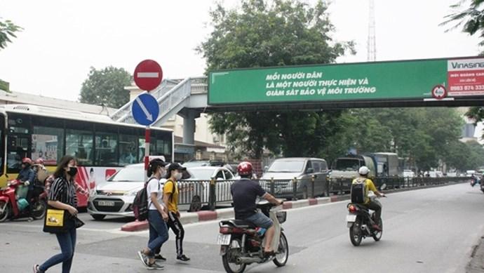 Bỏ mặc cầu đi bộ, người dân vô tư di chuyển dưới lòng đường