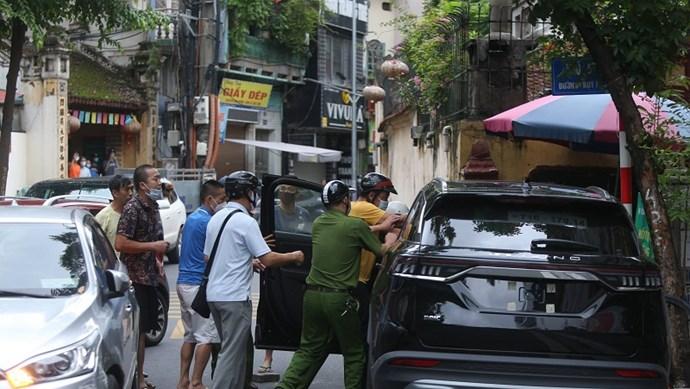 """Hà Nội: Lái xe ô tô nghi ngáo đá """"đại náo"""" phố Thụy Khuê"""
