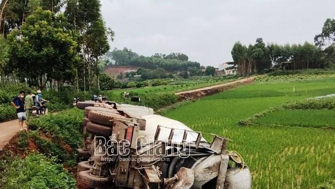 """Xe bê tông Việt Nhật """"trượt chân"""" rồi """"đằm mình"""" dưới ruộng lúa"""