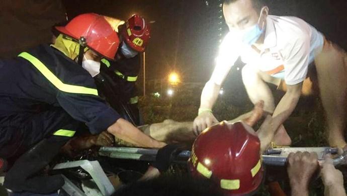 Tai nạn giao thông mới nhất hôm nay (5/10): Cưa ca bin cứu tài xế bị thanh sắt đâm xuyên ngực, mắc kẹt trong xe