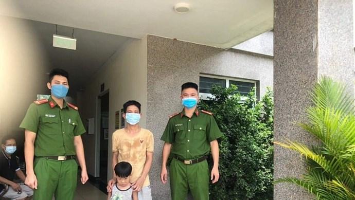 Tổ tuần tra phòng, chống dịch Covid-19 giúp đỡ cháu bé 4 tuổi bị lạc về nhà