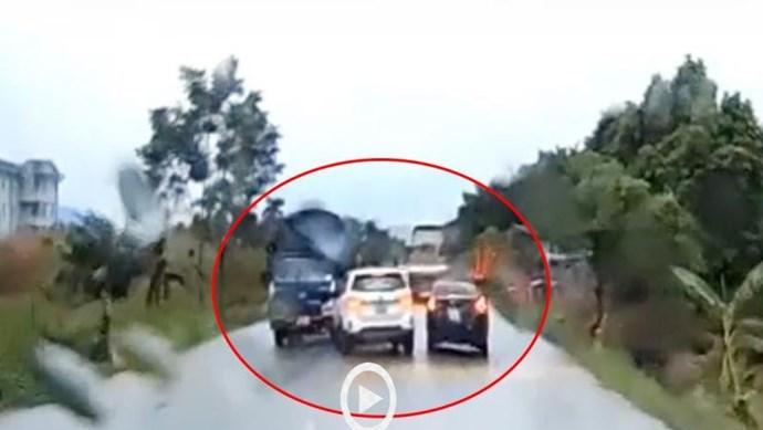 [Clip] Tài xế ô tô con cố tính đánh lái, đẩy xe ô tô khác đấu đầu xe tải