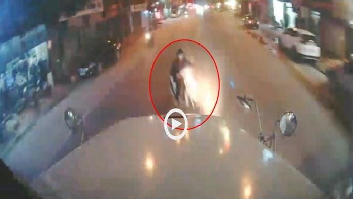 [Clip] Sang đường ẩu, xe máy bị xe container cuốn vào gầm, người phụ nữ bị thương